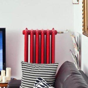 Czerwony grzejnik żeberkowy żeliwny